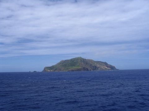 Pitcairn_Island_In_The_Distance